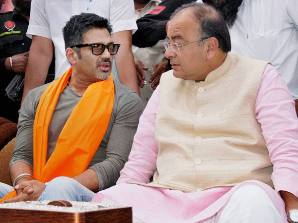 Arun Jaitely with bollywood actor Sunil Shetty during an election rally