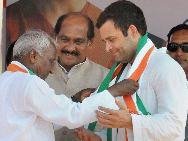 Rahul Gandhi being welcomed by party's candidate from Latur constituency