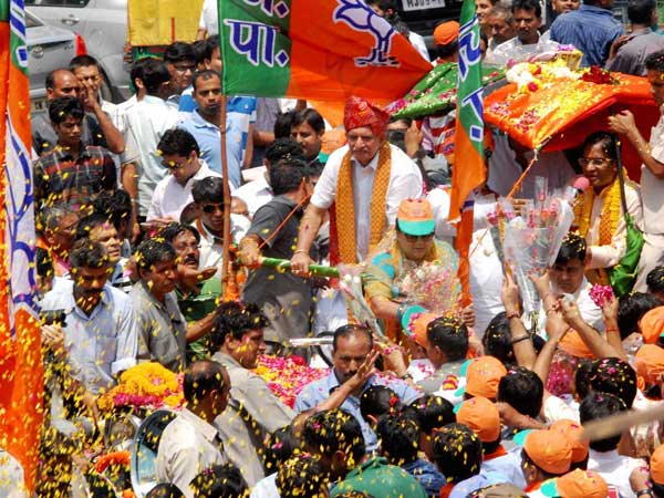 Vasundra Raje being welcomed by BJP supporters