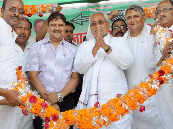 Nitish Kumar being welcome by supporters