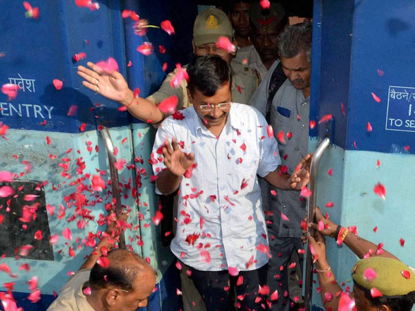 Arvind Kejriwal being welcomed by party workers