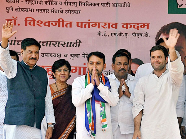 Rahul Gandhi with party candidate from Pune