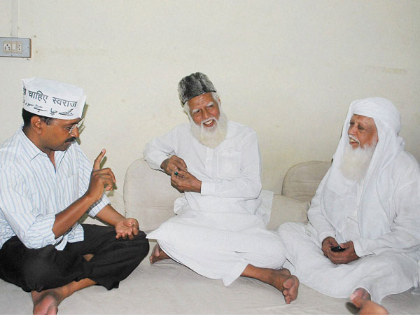 Arvind Kejriwal meeting Muslim leaders at Madanpura