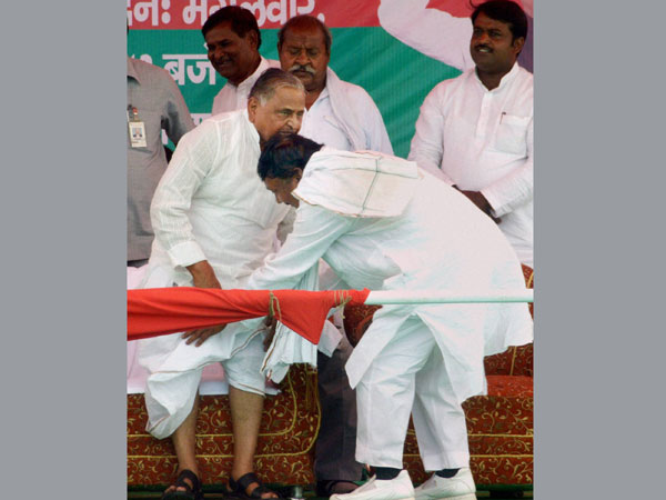 Budhsen Verma seek blessing from his party chief Mulayam Singh Yadav