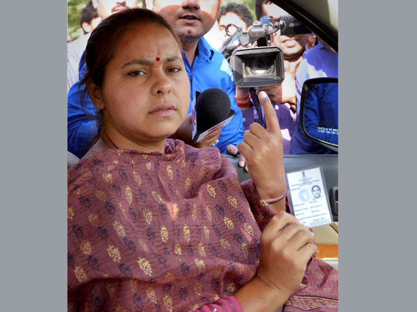RJD candidate from Patliputra Misa Bharti shows her voter id-card