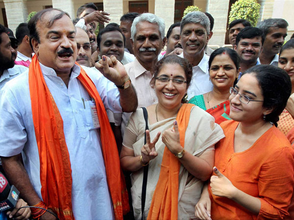 Bangalore South Ananth Kumar showing his inked finger