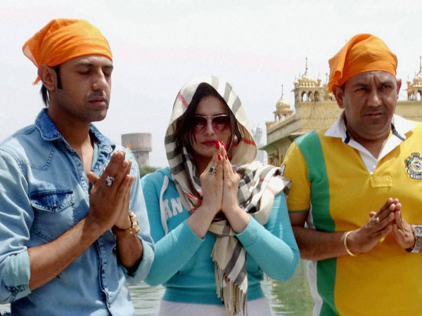 Zarine Khan with Punjabi actor Gippy Grewal visit Golden Temple