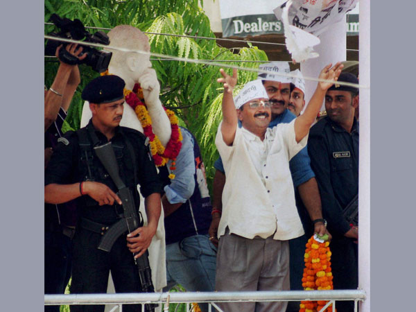 Arvind Kejariwal releases a pigeon at a roadshow