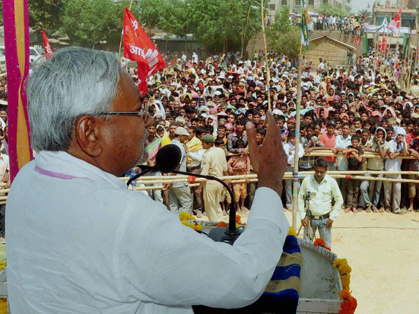 Nitish Kumar addressing an election campaign rally