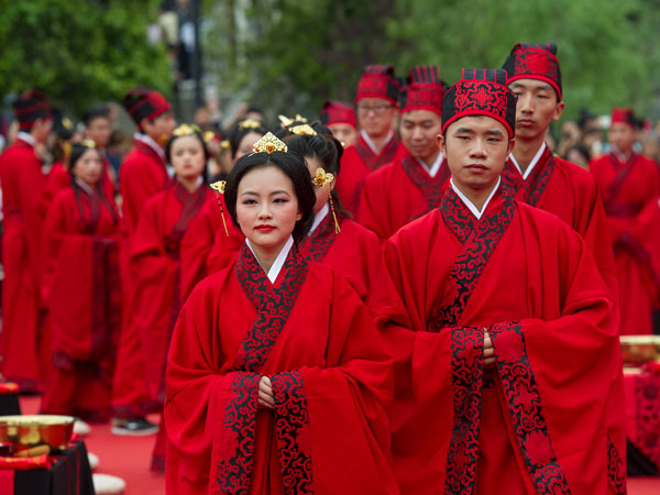 Brides and grooms head for a Chinese wedding