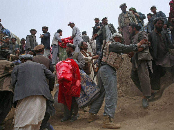 People struggle for donations in Afghanistan