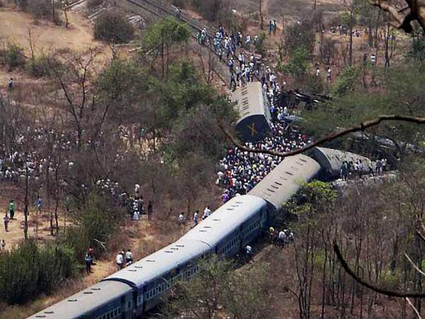 Maha train derailement toll reaches 21