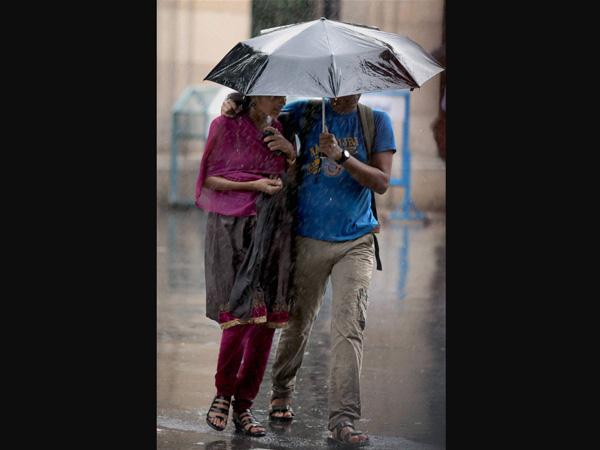 Umbrella that gives you rain data