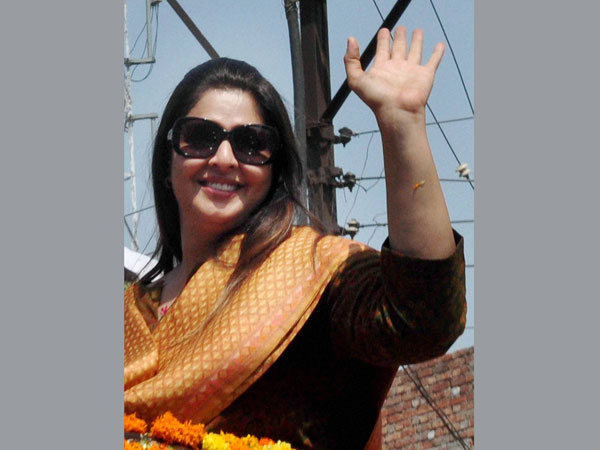 Nagma waves during party Vice President Rahul Gandhi's election road