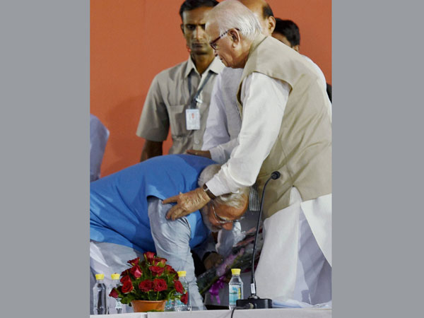 Advani warms up to Modi at BJP meeting