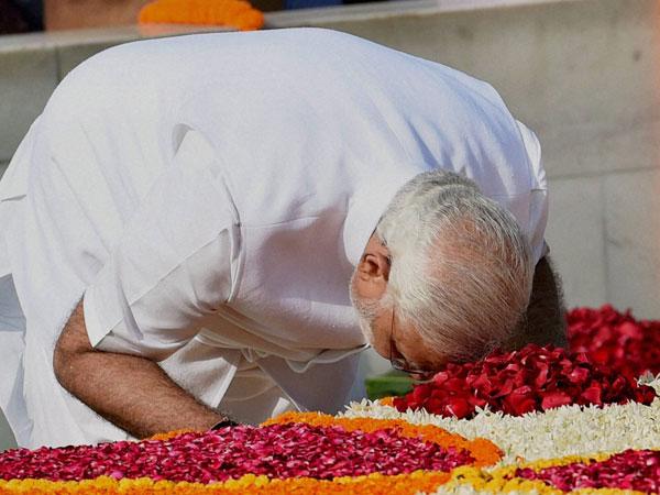 Narendra Modi visits Rajghat