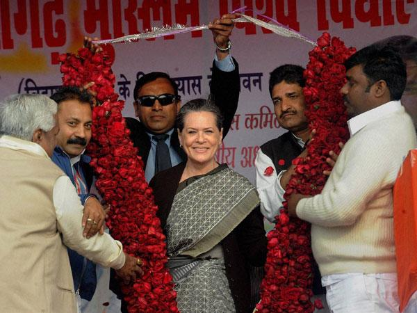 Senior Cong leaders meet Sonia, Rahul