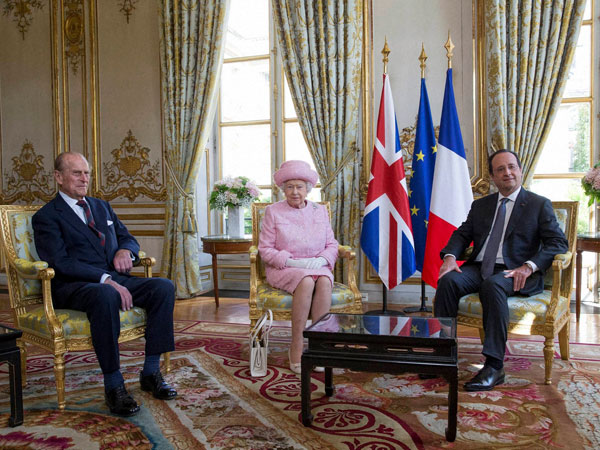 Hollande poses with the Queen