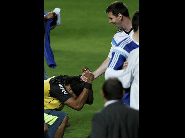 Messi shakes hands with Ronaldinho lookalike