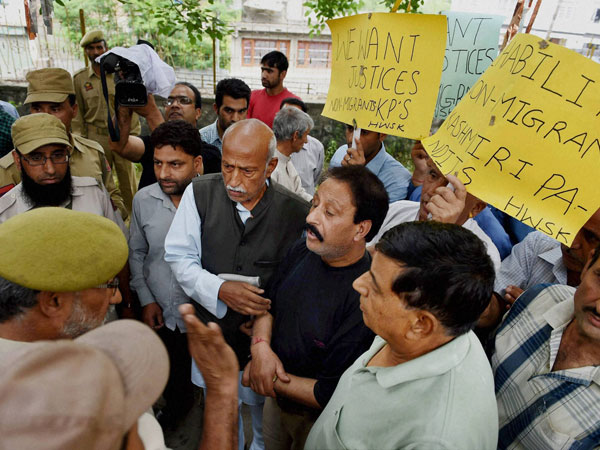 Police stops Non Migrant Kashmiri Pandits during their protest