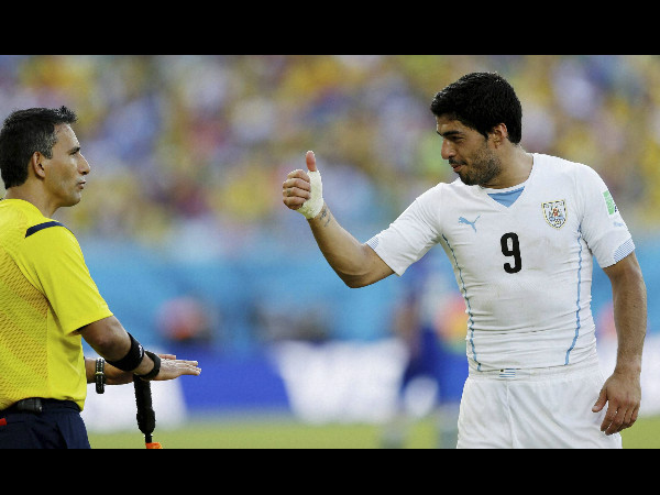 What is Suarez saying to the referee?