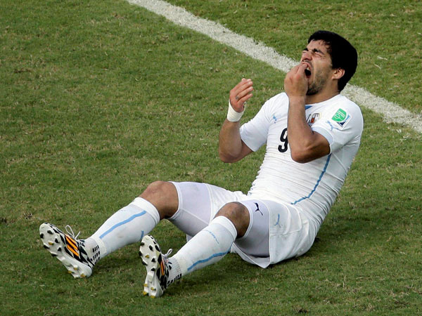 Uruguay coach defends Suarez