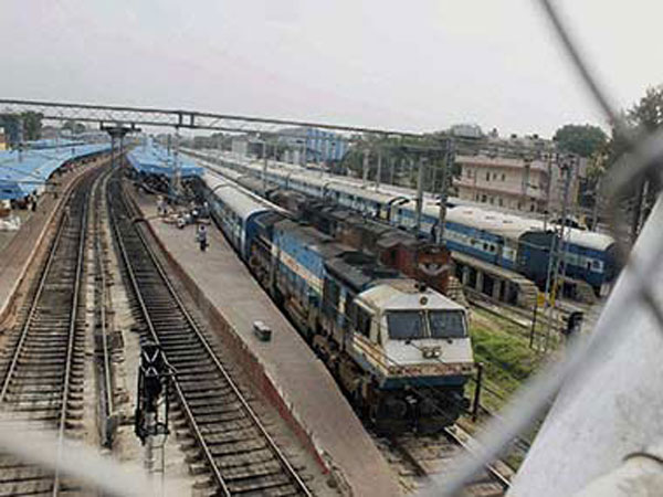 Cong workers stage 'rail roko' in Maha against fare hike