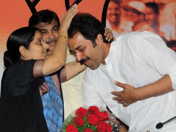 BJP leader Sushma Swaraj with HJC president Kuldeep Bishnoi.