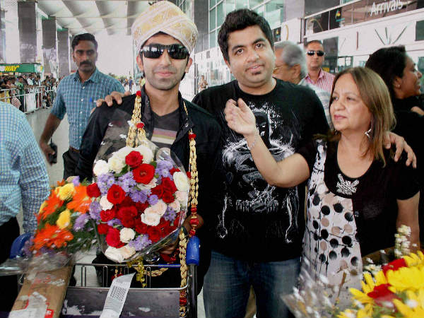 Pankaj Advani, who won 6 Reds Snooker titles at Sharm-el-Sheikh in Egypt, is welcomed by his mother (right), brother and fans on his arrival at the Kempegowda International Airport in Bangalore on Tuesday.