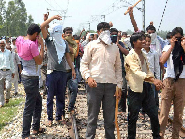 BJP workers stopped two trains in Kaanth tehsil.