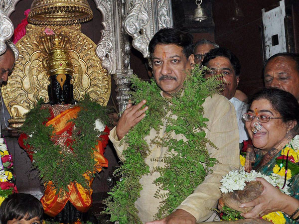 Maharashtra Chief Minister Prithviraj Chavan with his wife Satvasheela Chavan