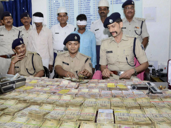 Patna Police with the cash recovered from thieves which they stole from Giriraj's residence. (PTI Photo)