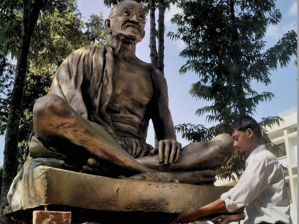 British minister welcomes decision to install Gandhi statue