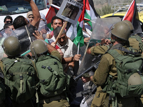 Palestinians confront Israeli army