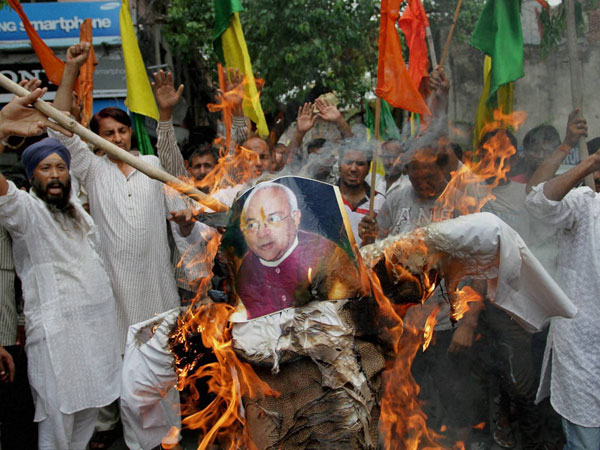 Activists of Shiv Sena and Dogra front burn an effigy of Ved Partap Vaidik