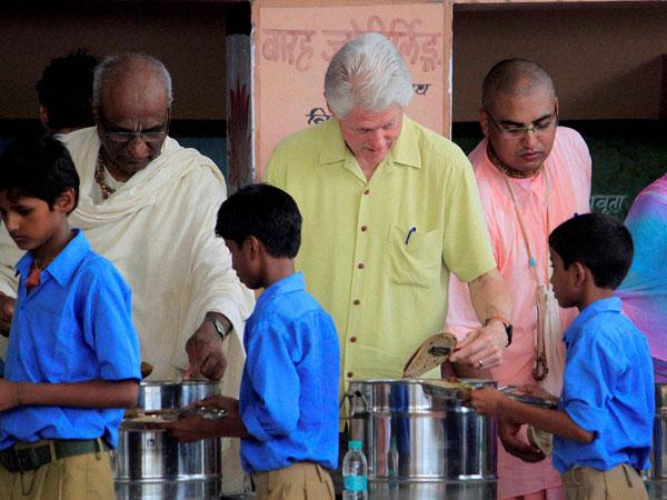 Bill Clinton serves food to school kids