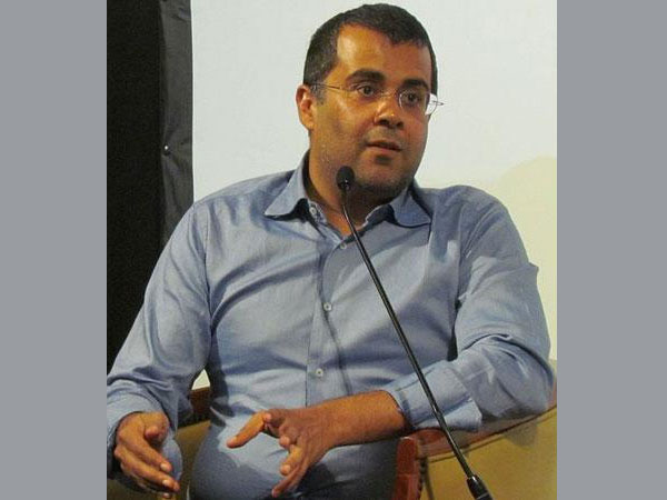 Twitter hits out at Chetan Bhagat