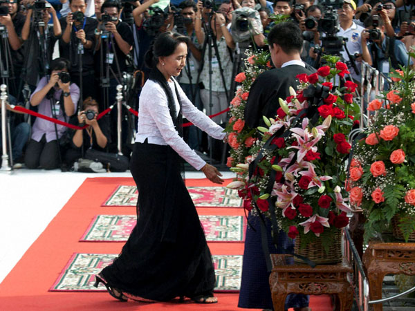 Suu Kyi pays homeage to her father