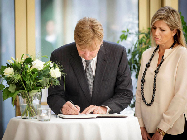 MH17: Dutch King signs condolence register