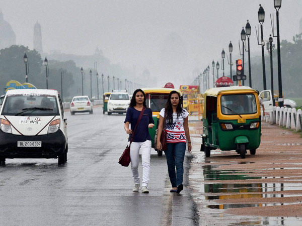 Girls enjoying a dip in temperature at the Rajpath