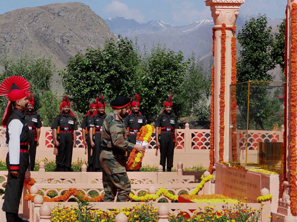 Army Chief General Bikram Singh paying homage to Kargil war martyrs