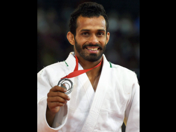 India's Navjot Chana shows his silver medal during the medal ceremony of 60kg men's Judo event at CWG yesterday (July 24)