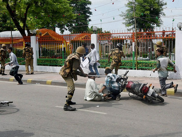 Protestors clash with cops in UP, 1 dead