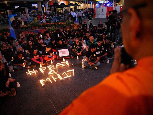 Woman puts dead MH17 passenger's make up