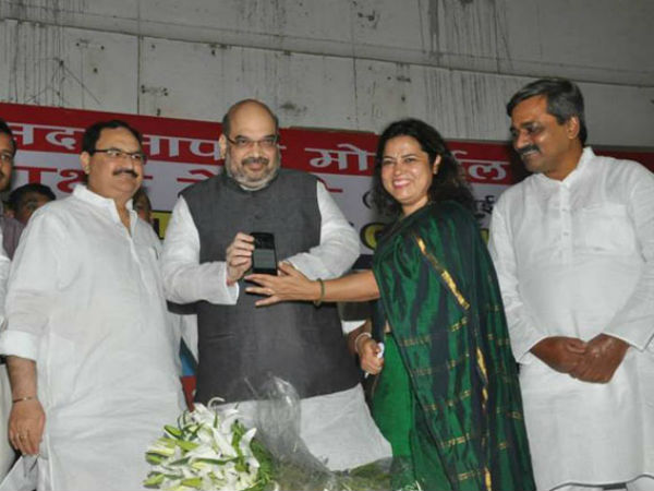 BJP president Amit Shah launching the app alongwith BJP MP Meenakshi Lekhi and others.