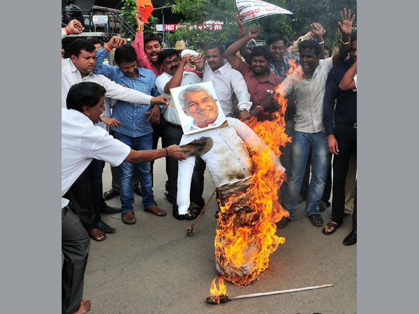 BJP Yuva Morcha activists burn effigies of Kerala Chief Minister Oommen Chandy
