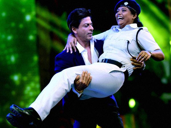 Shahrukh Khan lift a lady constable during dance programme in Kolkata