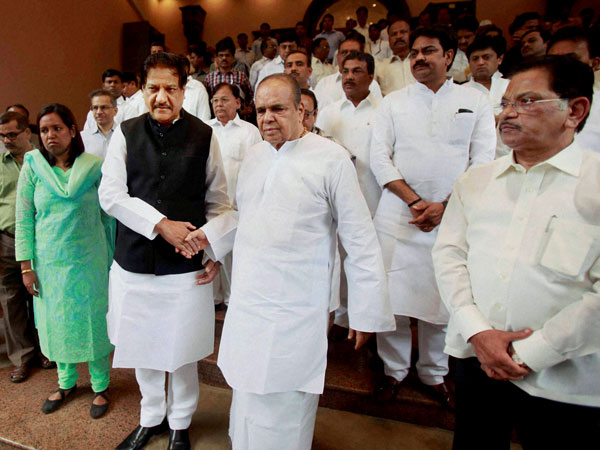 Former Maharashtra Governor K Sankaranarayanan with Chief Minister Prithviraj Chavan and other ministers during a send off ceremony in Mumbai on Wednesday.