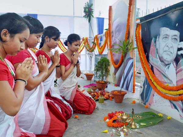 Girls paying floral tribute to legendary musician Bhupen Hazarika