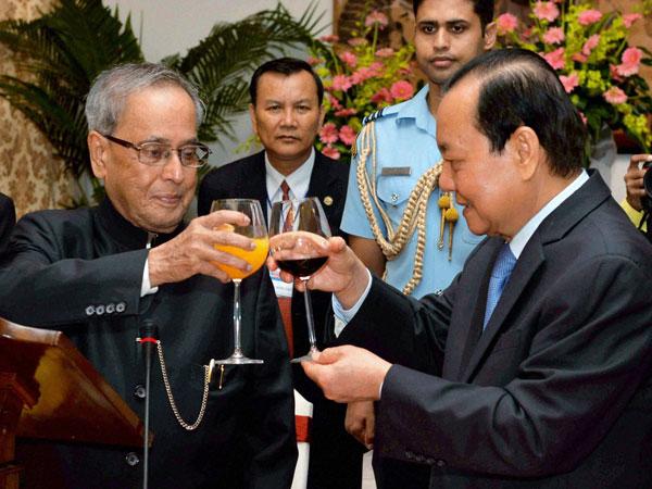 President Pranab backs Modi in Vietnam